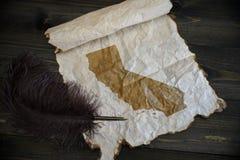 Карта государства Калифорнии на винтажной бумаге со старой ручкой на деревянном столе текстуры стоковая фотография rf