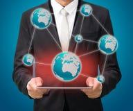 Карта глобуса владением руки позиции бизнесмена стоящая на таблетке Стоковая Фотография