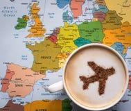 Карта Европы и чашка кофе (самолет сделанный из циннамона) Стоковое фото RF
