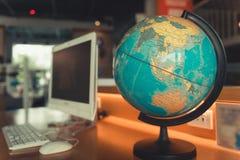 Карта и компьютер мира глобуса на настольном компьютере, по всему миру перемещении стоковые изображения rf