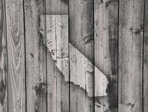 Карта Калифорнии на выдержанной древесине стоковое изображение rf