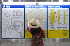 Карта метро с туристом в Тайбэе стоковые изображения