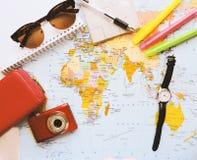 Карта мира в руках человека смотря карты Стоковое Фото