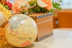 Карта мира глобуса, исследует концепцию перемещения назначения стоковое фото rf