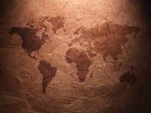 Карта мира показанная на рифлёной старой бумаге Стоковые Изображения