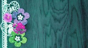 Карта пасхи, на предпосылке голубой древесины с цветками и украшением стоковая фотография
