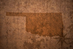 Карта положения Оклахомы на старой винтажной бумажной предпосылке стоковое фото rf