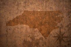 Карта положения Северной Каролины на старой винтажной бумажной предпосылке стоковые изображения rf