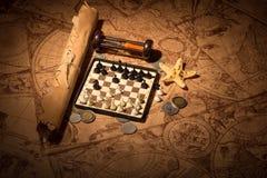 Карта с деньгами и шахмат стоковое фото
