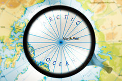 Карта, лупа и Северный океан на фокусе Стоковая Фотография
