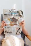 Карта чтения женщины французская с Emmanuel Macron и морским Le Pen Стоковые Фото
