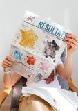 Карта чтения женщины французская с Emmanuel Macron и морским Le Pen Стоковое Изображение RF