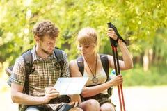 Карта чтения пар backpackers Hikers на отключении Стоковое фото RF