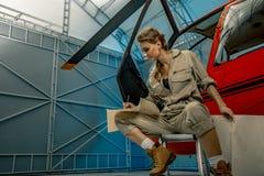 Карта чтения пилота или механика вертолета молодой женщины Вертолетное крушение стоковое изображение rf