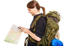 Карта чтения человека туристская с лупой Стоковое Фото