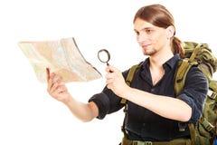 Карта чтения человека туристская с лупой Стоковые Изображения RF