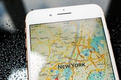Карта IPhone 7 добавочная водоустойчивая Нью-Йорка в apps карт Стоковые Изображения RF