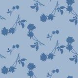 Картина акварели безшовная с голубыми розами и листьями на свете - голубой предпосылке Стоковые Фотографии RF