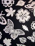 Картина бабочек, листьев и цветков. Бумажное вырезывание. Стоковое Изображение RF