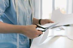 Картина вырезывания портноя шить с ножницами стоковые фотографии rf
