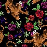 Картина вышивки восточная безшовная с тиграми и розами Стоковые Фотографии RF