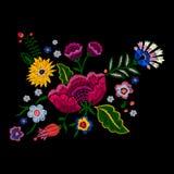 Картина вышивки родная с упрощает цветки Стоковое Фото