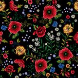 Картина вышивки традиционная безшовная с красными маками и розами Стоковые Фото