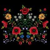 Картина вышивки традиционная с красными маками и розами Стоковое Фото