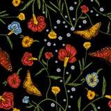 Картина вышивки флористическая безшовная с маками и бабочками Стоковые Фотографии RF