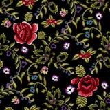 Картина вышивки этническая безшовная с упрощает красные розы и rowanberry Стоковые Изображения RF