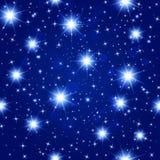 Картина голубого ночного неба безшовная с накаляя звездами Стоковые Изображения