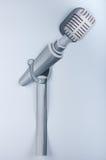 Картина гуаши Серый микрофон на белой предпосылке Стоковые Изображения
