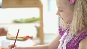 картина Девушка 8 лет старого усаживания на столе и чертеже акции видеоматериалы