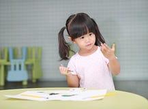 Картина девушки ребенка с цветами paintbrush и воды Стоковое Фото
