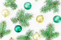 Картина деревьев зимы и шариков рождества на белой предпосылке Новый Год состава Плоское положение, взгляд сверху Стоковое Изображение