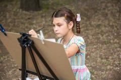 Картина девушки на мольберте Стоковые Фотографии RF