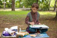 Картина девушки на мольберте Стоковые Изображения