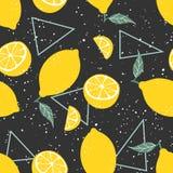 Картина желтого лимона безшовная с треугольниками на черной предпосылке также вектор иллюстрации притяжки corel стоковые изображения