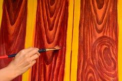 Картина женщины восстанавливая с деревянной краской цвета Стоковое фото RF