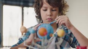 Картина искусства глобуса земли творческим ребенком дома для концепции хобби видеоматериал