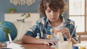 Картина искусства планеты космоса творческим ребенком в школе для концепции хобби акции видеоматериалы