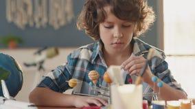 Картина искусства планеты космоса творческим ребенком дома для концепции хобби акции видеоматериалы