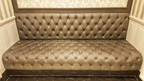 Картина классической кожаной софы коричневые предпосылка и текстура софы Стоковые Фото