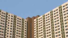 Картина конструкции зданий в небе предпосылки города голубом Стоковая Фотография RF