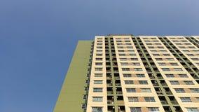 Картина конструкции зданий в небе предпосылки города голубом Стоковые Изображения