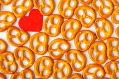 Картина кренделей предпосылки дня валентинки и красное сердце. Стоковая Фотография