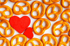 Картина кренделей предпосылки дня валентинки и красное сердце Стоковое фото RF