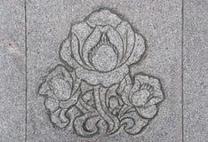 Картина листьев или цветков конспекта на стене грубого гранита каменной или плитке пола для обоев, предпосылки и дизайна Стоковое Изображение RF