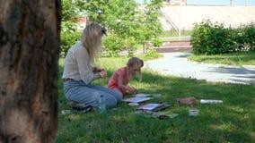 Картина маленькой девочки с учителем в природе видеоматериал