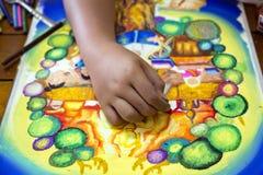 Картина мальчика с crayon и красочными красками Стоковое фото RF
